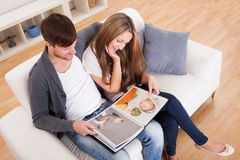 Patrzeją rodzinnego album fotograficznego Fotografia Royalty Free