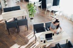 Patrzejący dla kierunku i inspiraci przy, Biznesowy działanie biurowego, Biurowego biurka stołem z komputerem, ximpx Odgórnego wi Zdjęcia Stock