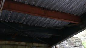 Patrzejący dno stal matrycował most lub wybieg zdjęcie wideo