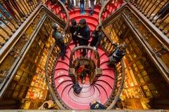 Patrzejący inside Lello Bookstore w Porto, Portugalia obrazy royalty free
