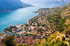 Patrzejący nad zatoką Kotor w Montenegro z widokiem góry, łodzie i starzy domy, obraz stock