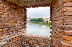 Patrzejący przez okno przy Castelvecchio mostem lub Scaligero mostem w Verona, Włochy Ja jest jeden symbole miasto zdjęcia stock