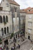 Patrzejący w dół przy starym kwadratem Trogir miasto z ludźmi wokoło, obraz stock