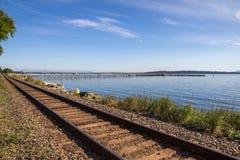 Patrzejący wzdłuż pociąg linii biel skały molo, BC Zdjęcie Stock