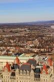 Patrzejący nad miastem z Capitol stanem, Buduje w przodzie, Albany, Nowy Jork, 2016 Fotografia Stock