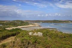 Patrzejący w kierunku Nowego Grimsby od Bryher, wyspy Scilly, Anglia zdjęcia stock