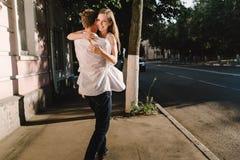 Patrzeje młody człowiek trzyma jego dziewczyny na jego rękach fotografia royalty free