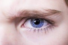 patrzeje niebieskie oko chłopiec Fotografia Royalty Free
