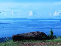 Patrzeje out przy skałami, latającymi dragonflies, jaskrawym niebem i scenicznymi punktami,/ Fotografia Royalty Free