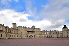 Patrzeje pod chmurami Uroczysty pałac w Gatchina Fotografia Royalty Free