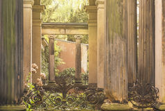 Patrzeje przez antykwarskich filarów obrazy royalty free