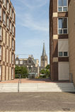 Patrzeje przez nowożytnych budynków historyczny miasteczko Zdjęcia Royalty Free