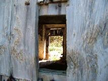 Patrzeje przez starego drzwi fotografia royalty free