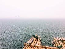 Patrzeje rzekę z ulewnym deszczem Zdjęcia Stock