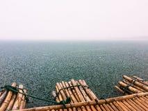 Patrzeje rzekę z ulewnym deszczem Zdjęcia Royalty Free