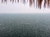 Patrzeje rzekę z ulewnym deszczem Obrazy Stock