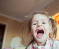 Patrzeje uroczej małej dziewczynki Obrazy Stock