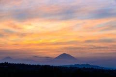 Patrzeje wulkanu Gunung Agung szczyt przy wschodem słońca, Jatiluwih Zdjęcie Stock