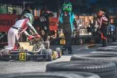 PATTATA, THAÏLANDE 20 MAI : Disparaissent le conducteur de kart signe la voiture images stock