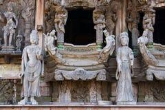 pattaya圣所雕塑木thaila的真相 库存图片