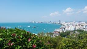 pattaya泰国 从大厦都市风景、海景和摩天大楼的上面的看法自白天 库存照片