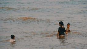 PATTAYA, ΤΑΪΛΑΝΔΗ, στις 14 Δεκεμβρίου 2017: Τα μικρά ταϊλανδικά παιδιά λούζουν στη Θάλασσα της Νότιας Κίνας στο ηλιοβασίλεμα ασια φιλμ μικρού μήκους