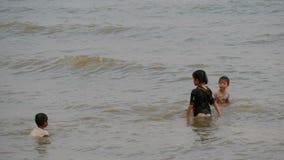 PATTAYA, ΤΑΪΛΑΝΔΗ, στις 14 Δεκεμβρίου 2017: Τα μικρά ταϊλανδικά παιδιά λούζουν στη Θάλασσα της Νότιας Κίνας στο ηλιοβασίλεμα ασια απόθεμα βίντεο