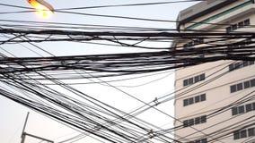 PATTAYA, ΤΑΪΛΑΝΔΗ - το Μάρτιο του 2017 CIRCA: Άποψη των υψηλών ισχύς ηλεκτρικών καλωδίων τάσης στην πόλη Pattaya φιλμ μικρού μήκους