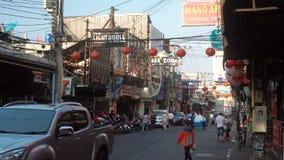 PATTAYA, ΤΑΪΛΑΝΔΗ - το Μάρτιο του 2017 CIRCA: Δρόμος με έντονη κίνηση της πόλης Pattaya στο σούρουπο φιλμ μικρού μήκους