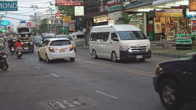 PATTAYA, ΤΑΪΛΑΝΔΗ - το Μάρτιο του 2017 CIRCA: Δρόμος με έντονη κίνηση της πόλης Pattaya στο σούρουπο Μαρμελάδα οδικής κυκλοφορίας φιλμ μικρού μήκους