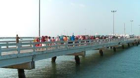 PATTAYA, ΤΑΪΛΑΝΔΗ - το Μάρτιο του 2017 CIRCA: Ομάδα τουριστών που περπατούν στο πορθμείο στο λιμάνι Pattaya φιλμ μικρού μήκους