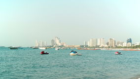 PATTAYA, ΤΑΪΛΑΝΔΗ - το Μάρτιο του 2017 CIRCA: Παραλία πόλεων Pattaya στη εικονική παράσταση πόλης βαρκών ηλιοβασιλέματος στο υπόβ φιλμ μικρού μήκους