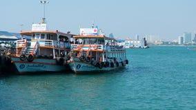 pattaya Таиланд - 6-ое апреля 2016: Большие паромы останавливают на пристани в море, главном транспорте для соединять центр город Стоковые Фотографии RF