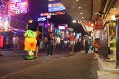 夜生活pattaya街道泰国走 免版税库存图片