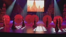 PATTAYA - CERCA DO JANEIRO DE 2018: Arraste a mostra na cena do teatro do trasvistite em Pattaya video estoque