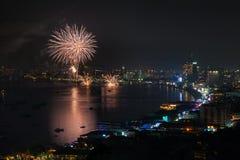 PATTAYA - 28 DE NOVEMBRO: O fogo de artifício e os arranha-céus coloridos em Pattaya latem durante o festival internacional dos f Foto de Stock
