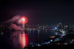 PATTAYA - 28. NOVEMBER: Das bunte Feuerwerk und die Wolkenkratzer in Pattaya bellen während internationalen Feuerwerks-Festivals  Stockfotos