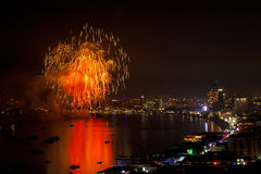 PATTAYA - 28. NOVEMBER: Das bunte Feuerwerk und die Wolkenkratzer in Pattaya bellen während internationalen Feuerwerks-Festivals  Stockbild
