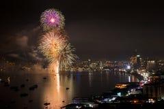 PATTAYA - 28 NOVEMBRE: Il fuoco d'artificio ed i grattacieli variopinti a Pattaya abbaiano durante il festival internazionale dei Fotografie Stock