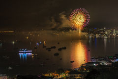 PATTAYA - 28 NOVEMBRE: Il fuoco d'artificio ed i grattacieli variopinti a Pattaya abbaiano durante il festival internazionale dei Immagini Stock Libere da Diritti