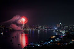 PATTAYA - 28 NOVEMBRE : Le feu d'artifice et les gratte-ciel colorés à Pattaya aboient pendant le festival international de feux  Photos stock