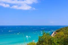 PATTAYA, O 13 DE JANEIRO: Praia tropical da ilha de Koh Larn, a maioria de fá Fotos de Stock