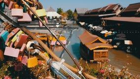 Pattaya som svävar marknaden Turist- träfartyg som fortskrider vattnet Thailand Asien stock video