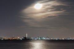 Pattaya stad i Thailand med månen, Royaltyfria Bilder