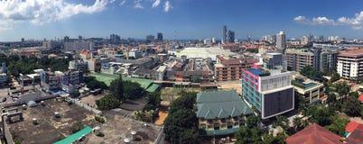 Pattaya stad med blå himmel Royaltyfria Bilder