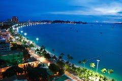 Pattaya stad och hav i skymningen, Thailand Arkivfoton