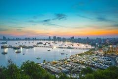 Pattaya stad och hav i skymningen, Thailand Arkivfoto