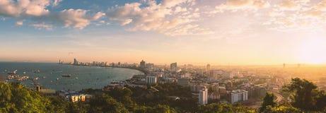 Pattaya stad och hav med morgonsoluppgång, Thailand Arkivbilder