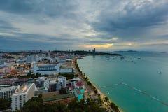 Pattaya stadssikt från hög poäng på aftonen royaltyfri fotografi