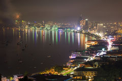 Pattaya-Stadt und -meer in der Dämmerungszeit stockbild